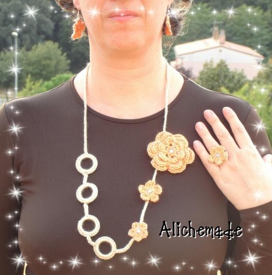 Conjunto de bisutería de ganchillo formado por collar, pendientes, anillo y broche.